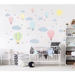 Felhős hőlégballonos falmatrica pasztell